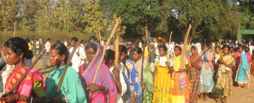 lalgarh--adivasi women march